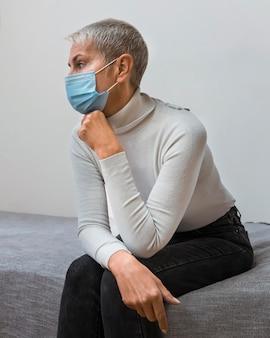 Donna con maschera facciale in attesa