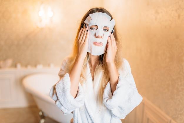 얼굴 화장품 마스크, 욕실에서 스킨 케어와 여자. 바디 케어 및 위생, 건강 관리, 미용 제품