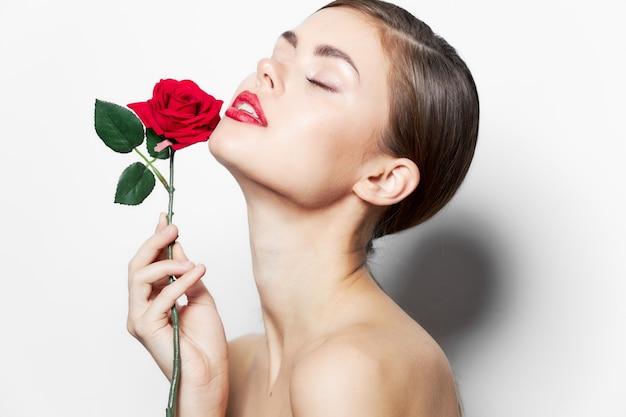 花と女性目を閉じてかわいい顔を見上げる