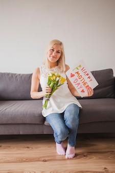 Женщина с цветами и плакат с деньгами