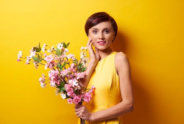 전경에서 꽃을 가진 여자