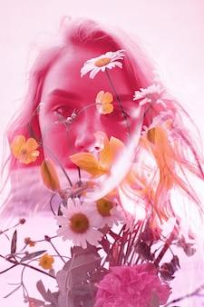 내부에 꽃을 든 여자, 이중 노출. 진홍색 배경에 란제리를 입은 금발 소녀, 꿈꾸는 듯한 신비로운 모습. 밝은 배경에 이중 노출이 있는 여성의 배경에 있는 야생화