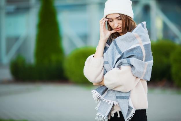 Женщина с гриппом на улице носить шарф