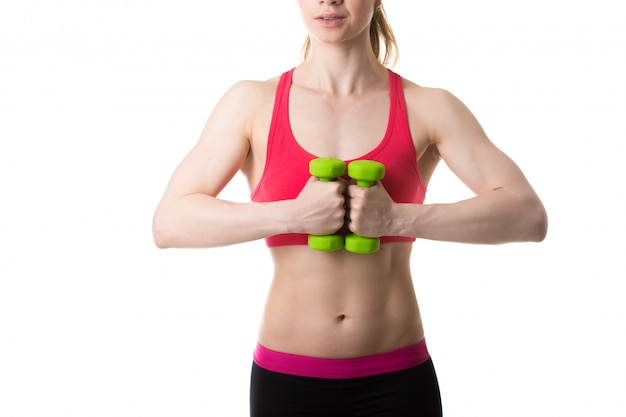 Женщина со сложенными руками и весов