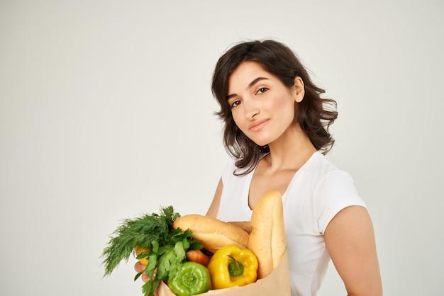 食品パッケージ健康食品スーパーマーケットの明るい背景を持つ女性。高品質の写真