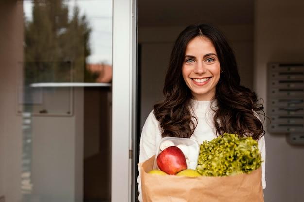 Женщина с пакетом продуктов