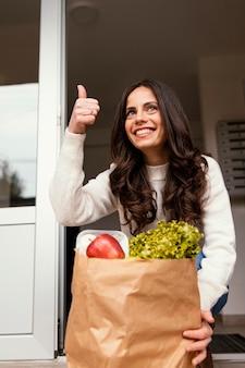Donna con pacchetto alimentare