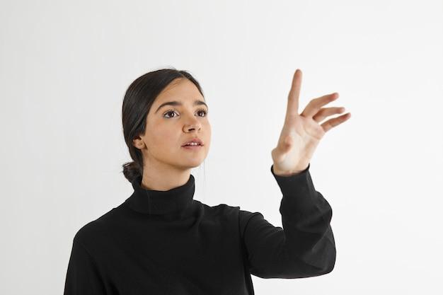 人差し指を上げた女性