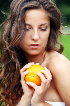 Donna con arance fresche nelle sue mani
