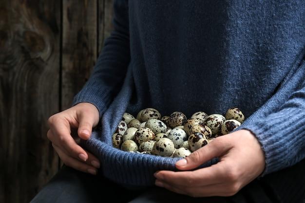 Женщина со свежими перепелиными яйцами, крупным планом