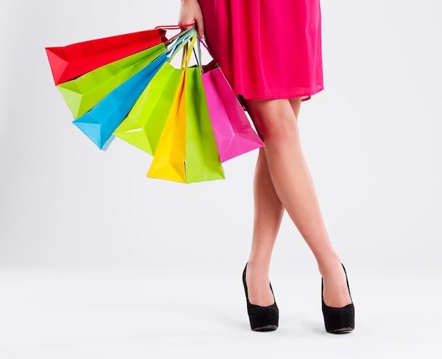 ショッピングバッグがいっぱいの女性