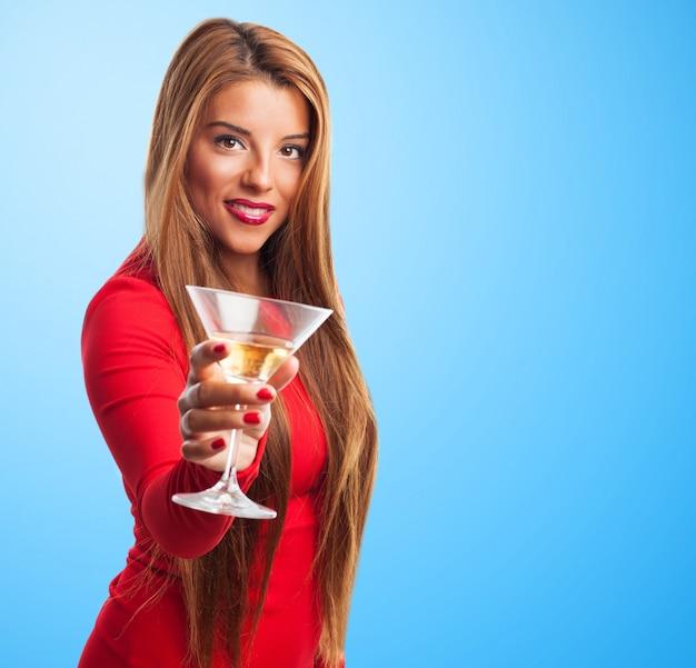 Donna con un vetro in uno sfondo blu