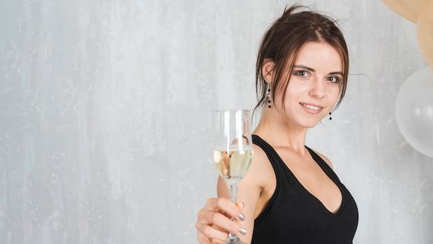 Donna con un bicchiere di champagne
