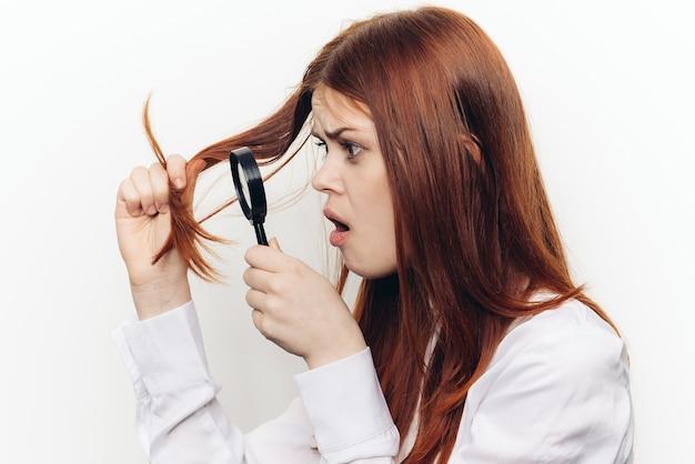 ガラス拡大鏡を持つ女性