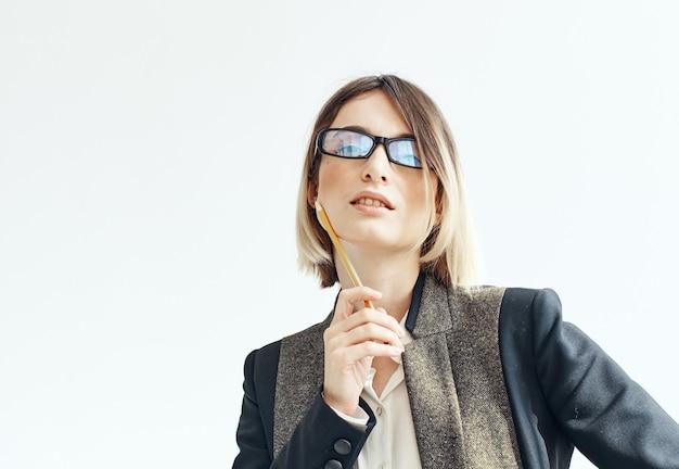 Женщина в очках и пиджаке бизнес финансы канцелярские товары