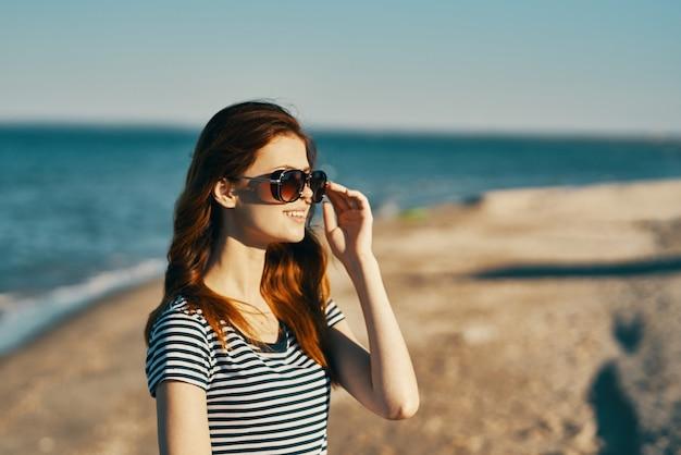 眼鏡をかけた女性と屋外で頭の上の手で身振りで示すトリミングされたビュー