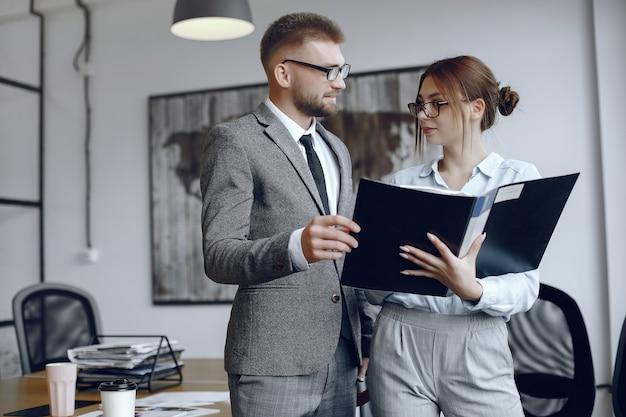 Женщина в очках. бизнесмен с документами. коллеги работают вместе