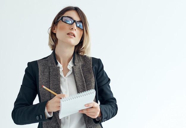 手書きの眼鏡実業家メモ帳を持つ女性