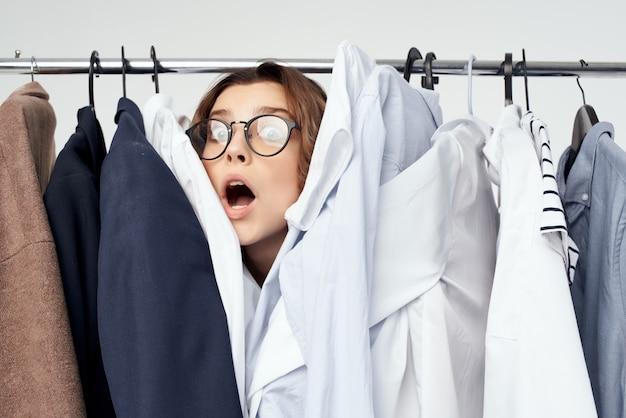 Женщина в очках вешалка для одежды образ жизни покупки светлый фон