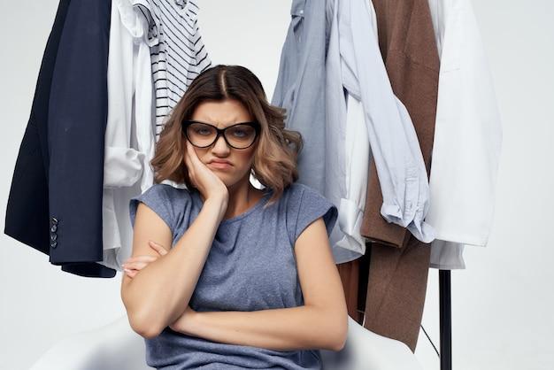 안경 옷걸이 쇼핑 고립 된 배경을 가진 여자