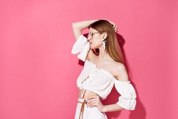 メガネピアスの女性ファッション感情ライフスタイル