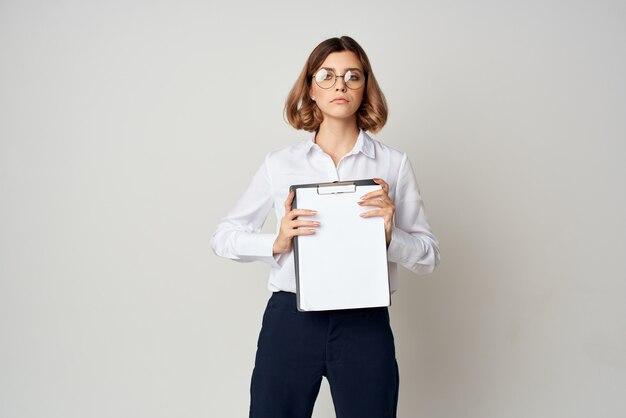 眼鏡エグゼクティブライフスタイル孤立した背景を持つ女性