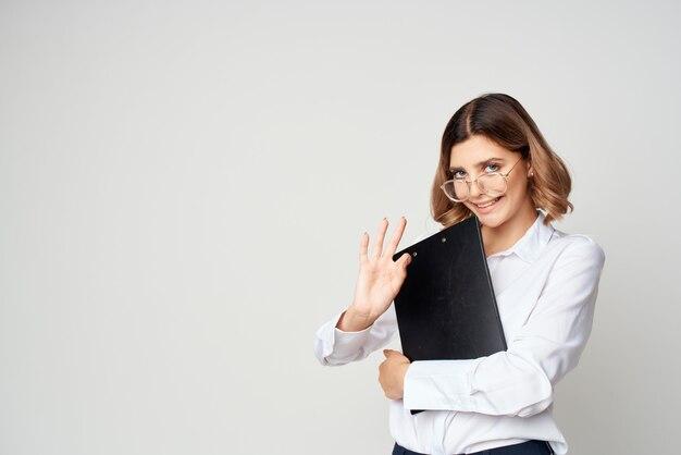 Женщина в очках офис-менеджер рабочие документы. фото высокого качества