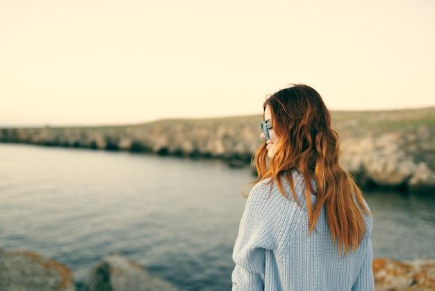 眼鏡をかけた女性屋外風景島旅行