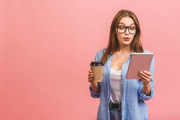 Женщина в очках позирует в студии