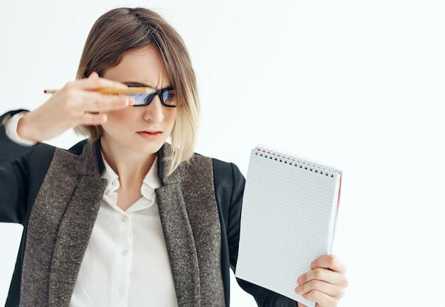 손에 안경 작업 관리자 사무실 메모장을 가진 여자
