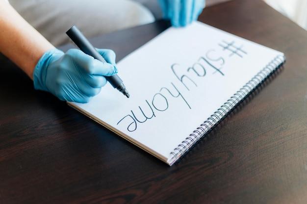 Женщина в перчатках пишет на ноутбуке