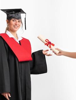 卒業証書を持つ女性