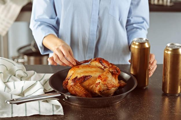Женщина с пивом на гриле может курица на сковороде