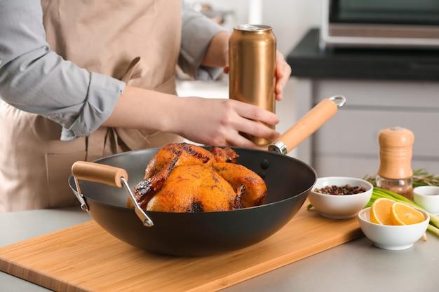 Женщина с пивом на гриле может курица в сковороде на разделочной доске