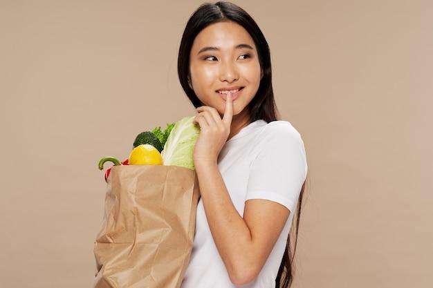 食料品の袋の肖像画を持つ女性
