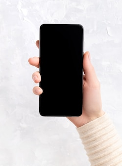 스마트 폰을 들고 누드 베이지 핑크 네일 디자인으로 손질 된 손으로 여자. 비즈니스 사무실 서식 파일