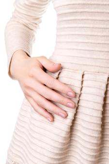 드레스에 누드 베이지 핑크 네일 디자인으로 손질 된 손으로 여자. 매니큐어, 패션 및 뷰티 살롱 개념