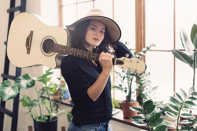 어깨에 기타를 가진 여자