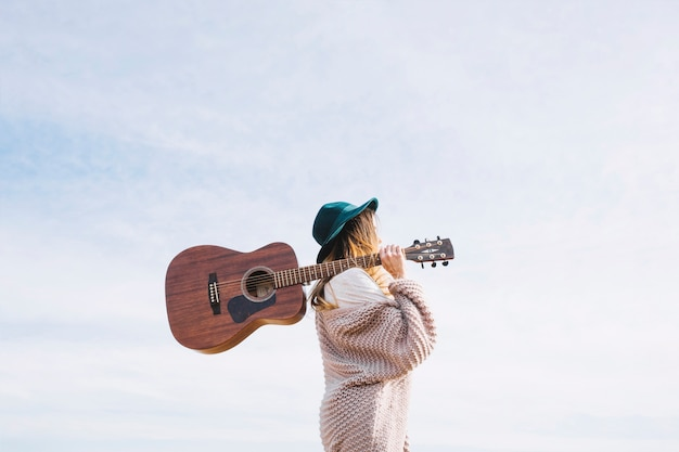 자연에서 걷는 기타와 여자