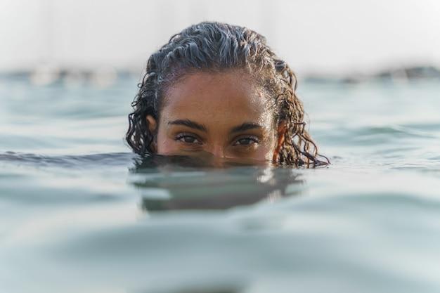 Женщина с половиной головы под водой в море