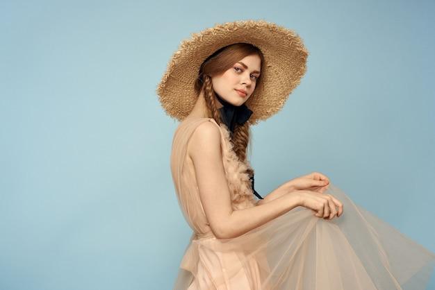Женщина в шляпе и платье эмоции очаровывает легкую ткань радости.