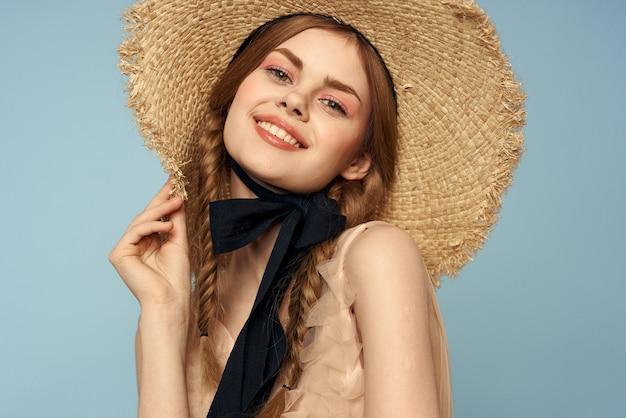 帽子とドレスの感情を持つ女性は、軽い生地の喜びを魅了します