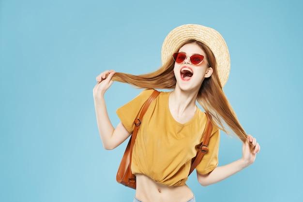 帽子とサングラスの女性ファッション夏服バックパック