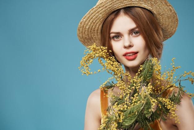 花の帽子の花束を持つ女性ロマンスギフトホリデーミモザ