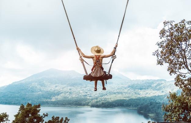 バリ島のブランコに帽子の女