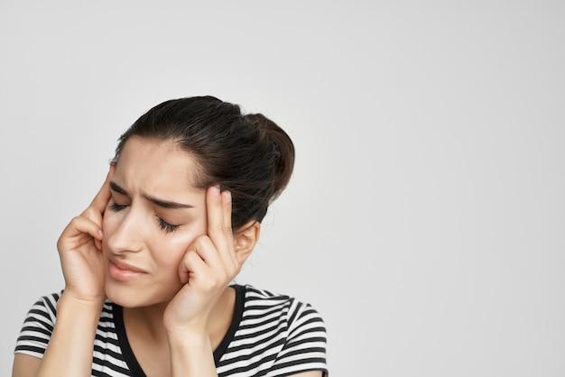 頭痛の健康問題うつ病の感情を持つ女性