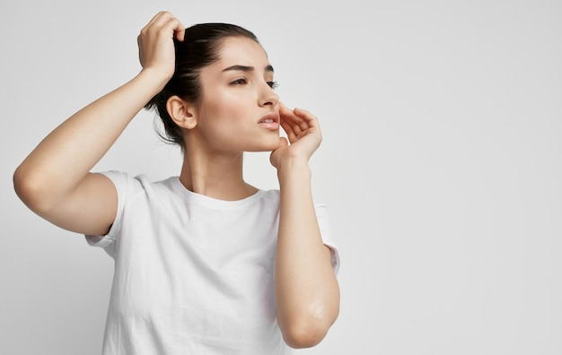 頭痛の健康問題の感情スタジオを持つ女性