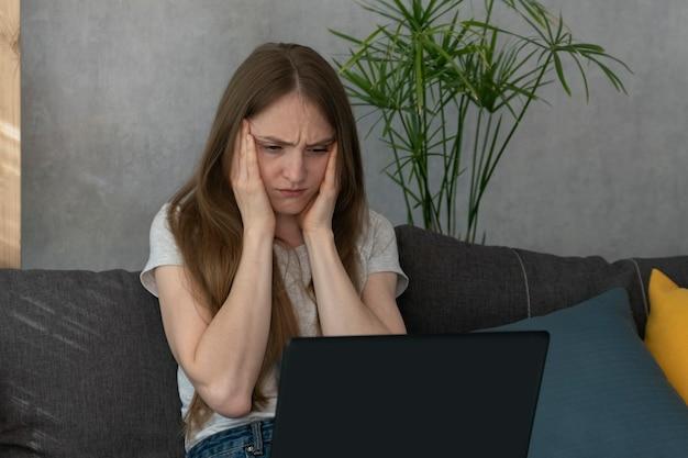頭痛のある女性は仕事に集中しようとしています。就業日の片頭痛。