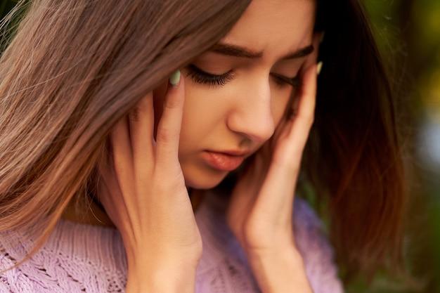 두통, 편두통 또는 스트레스를 가진 여자. 도움말, 의사 소통 문제, 과로 개념