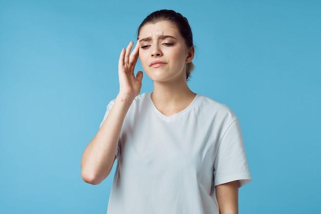 頭痛の問題がある女性薬片頭痛